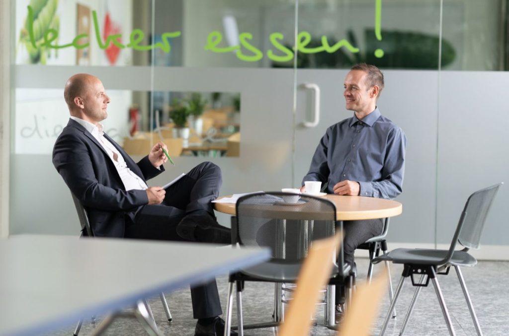 Personalberater Dr. Christian Genz im Gespräch mit Kandidat | Personalberatung Sachsentalent